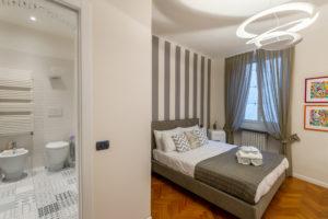 Room R Deluxe – Overview with En-Suite Bathroom