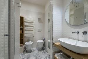 Room R Deluxe – En-Suite bathroom, details