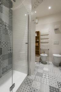 R Deluxe Room – En-Suite bathroom, shower box details